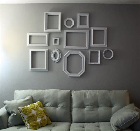 parete con cornici sette idee semplici ed originali per decorare le pareti di