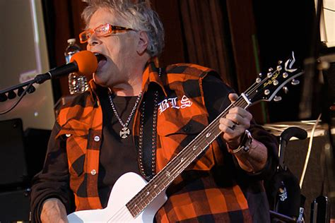 mountain�s leslie west performs for first time since leg