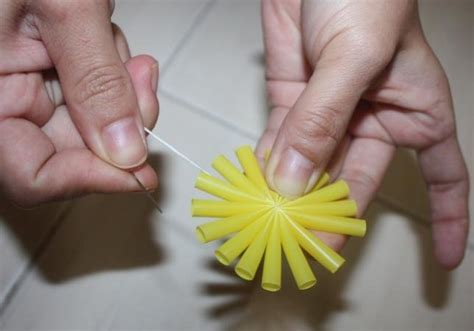 cara membuat bunga dari kertas plastik 3 kreasi cara membuat bunga dari sedotan plastik merdeka com
