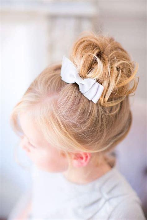 le chignon enfant les 25 meilleures id 233 es de la cat 233 gorie coiffures de mariage pour enfants sur style