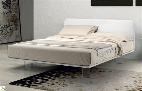 da letto di letto con piedini alti in plexiglass scillint arredo