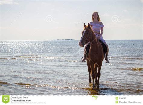 donna bionda con il cavallo immagine stock immagine giovane donna bionda e un cavallo immagine stock