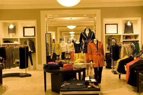 dise ador de interiores famoso ropa elegante de la mujer en tienda imagenes de archivo