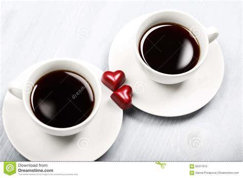 imagenes de varias tazas de cafe due tazze di caff 232 e dolci a forma di del cuore immagine