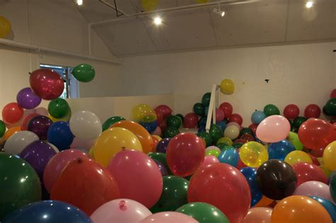 balloons in room calen barca balloons in a room