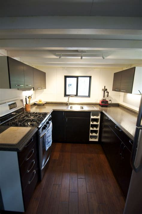 tiny home with a big kitchen un couple vit dans une maison toute petite et pourtant c