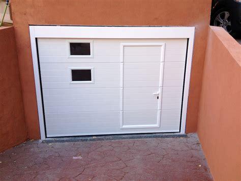 cochera guadarrama foto puerta seccional blanca con peatonal incorporada y