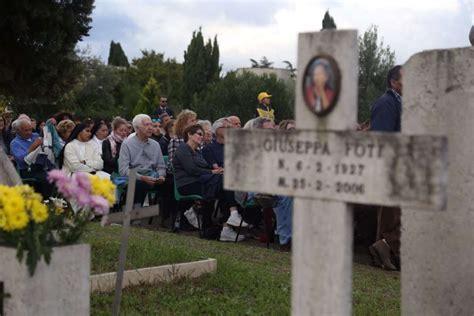 cimitero prima porta ricerca defunti papa francesco la tristezza si mescola alla speranza