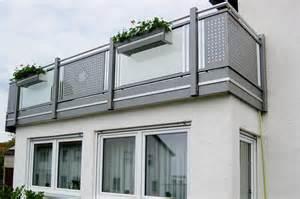 lochblech fã r balkon fabelhafte balkonm 246 bel f 252 r kleinen balkon bild erindzain