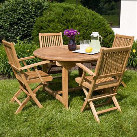 Backyard Outdoor Dining Area With Expandable Round Oak