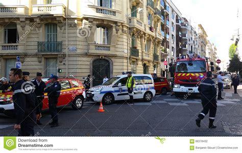 donne al volante di camion volanti della polizia e camion francesi dei pompieri