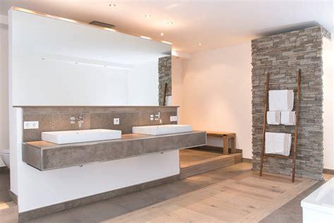badezimmer mit wand naturstein und holz das bad mit nat 252 rlichen materialien