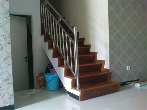 tukang pasang tangga lantai kayu