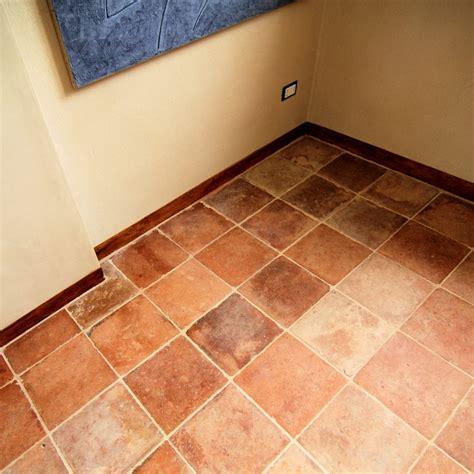 bagni in cotto bagno con pavimento in cotto set accessori bagno foto di
