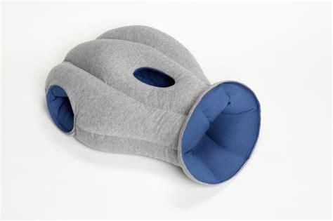 dormire con due cuscini ecco il cuscino per dormire in ufficio e migliorare la