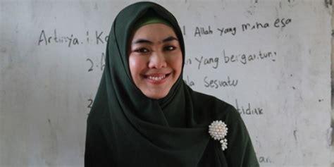 baju muslim oki setiana dewi oki setiana dewi dukung desainer baju muslim indonesia