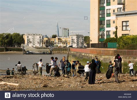 thames river clean up cleaning the river thames stock photos cleaning the