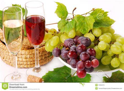 uvas blancas imagenes uvas blancas y rojas y vino fotos de archivo imagen