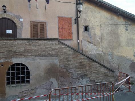 ufficio tributi ardea ardea crolla l intonaco palazzo comunale