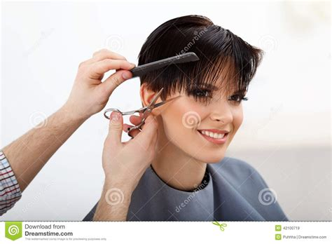short hair cut pictures for hairstylist hairdresser doing hairstyle brunette with short hair in