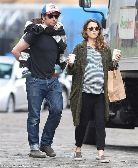 matthew rhys baby pregnant keri russell shows off her growing baby bump with