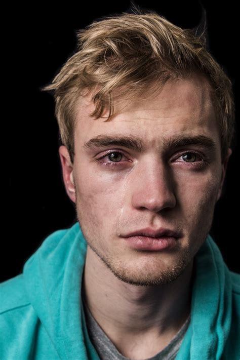 imagenes de jobenes llorando 18 fotos de hombres llorando que son capaces de romper los