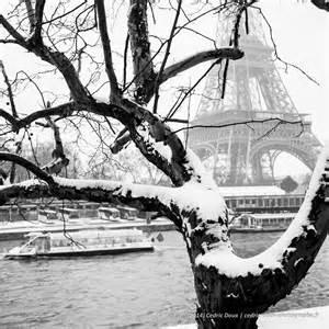 sous la neige la tour eiffel depuis les quais de seine
