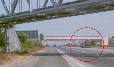 volvo from pune to mumbai volvo b7r crash on pune mumbai expressway team bhp