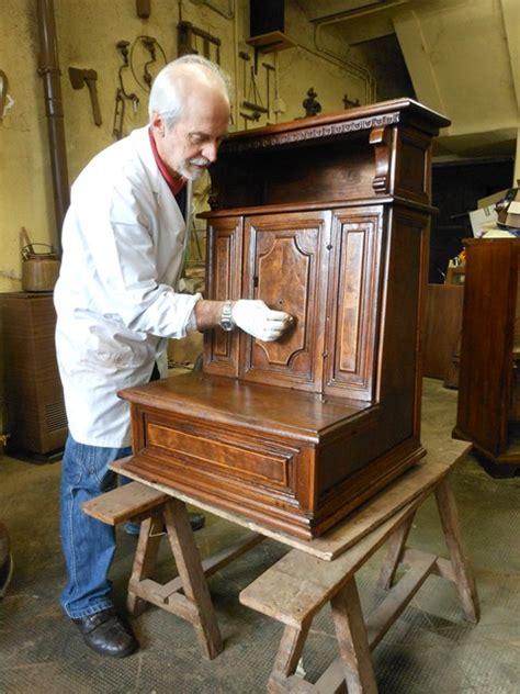 restauro mobili antichi tecniche maestro ebanista e tecniche di restauro ligneo per mobili