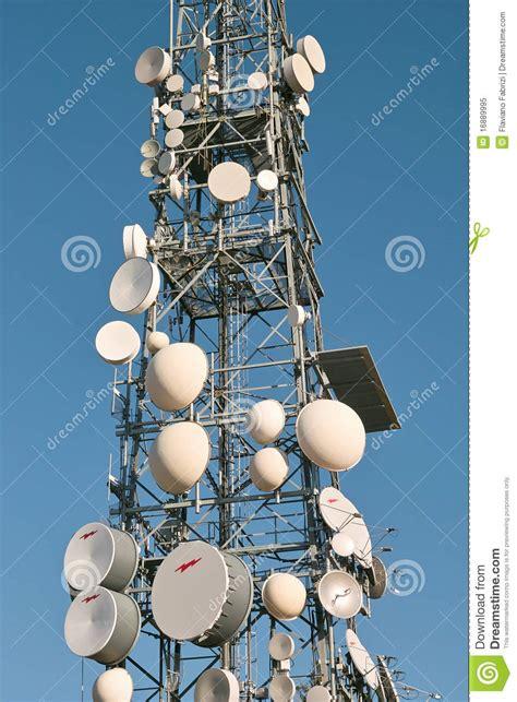 traliccio per antenne traliccio con le parabole ed i ripetitori immagine stock