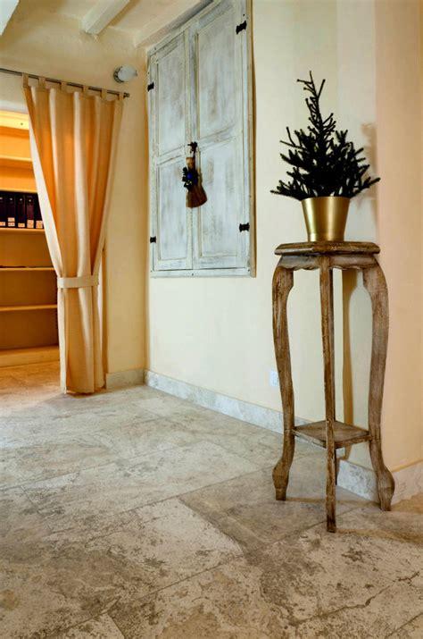 piastrelle per soggiorno pavimenti in travertino per interni soggiorno pietre di