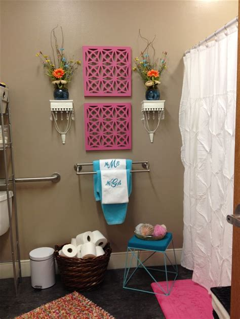 dorm bathroom decorating ideas best 25 college dorm bathroom ideas on pinterest