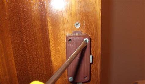 cambiar la cerradura  bisagras de  armario canalhogar