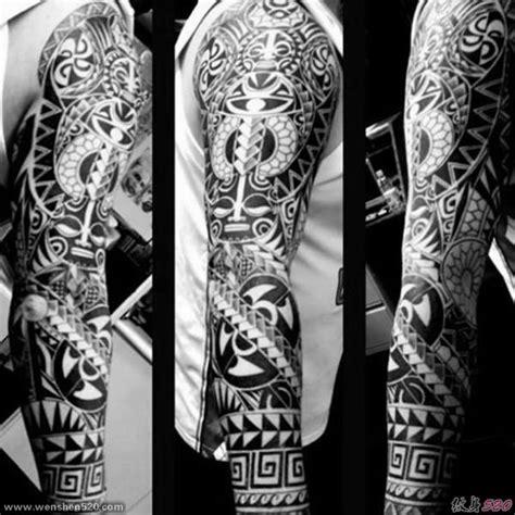 男生手臂上黑白纹身小花臂简单个性线条纹身部落图腾纹身图案