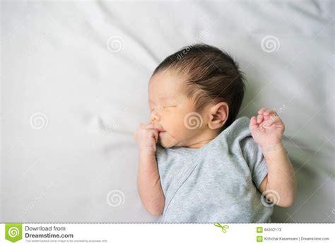 wann im krankenhaus anmelden schwangerschaft asiatisches neugeborenes baby im krankenhaus krei 223 saal
