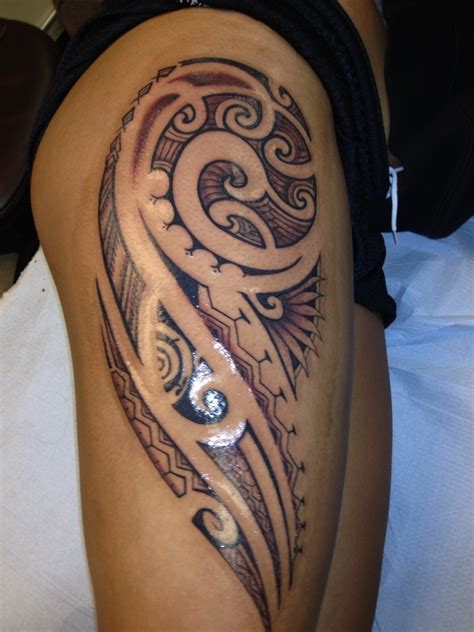 grey ink tribal hawaiian tattoo on right thigh
