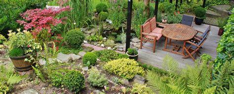 Artificial Flowers For Home Decoration by Un Jardin Bien D 233 Cor 233 Avec Du Mobilier De Jardin De