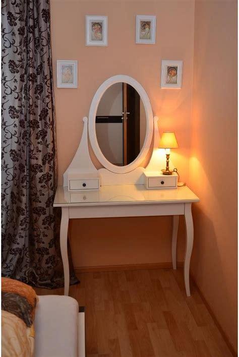 nachtkästchen spiegel wohnzimmer tapete blau