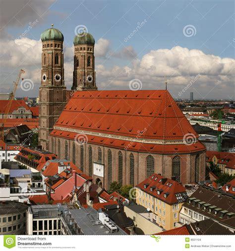 englischer garten mã nchen ber 252 hmte kirche frauenkirche in m 252 nchen stockbilder