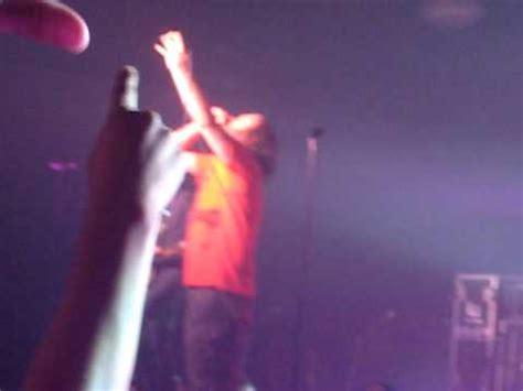 Guns N Roses Axl Jam Tangan 6 vokalis kondang yang pernah jatuh di panggung kaskus