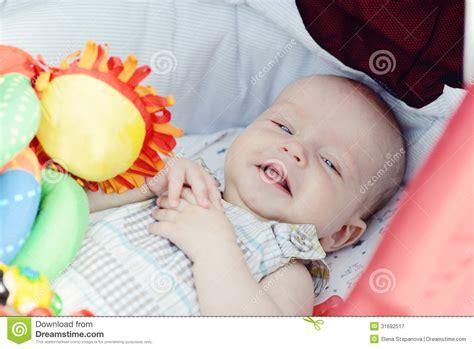neonato nella neonato risiede nella carrozzina fotografia stock