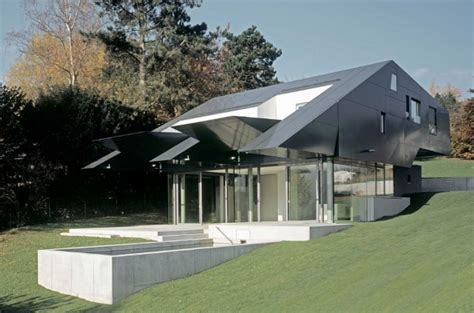 Futuristic Spaceship Inspired House Combines Technology