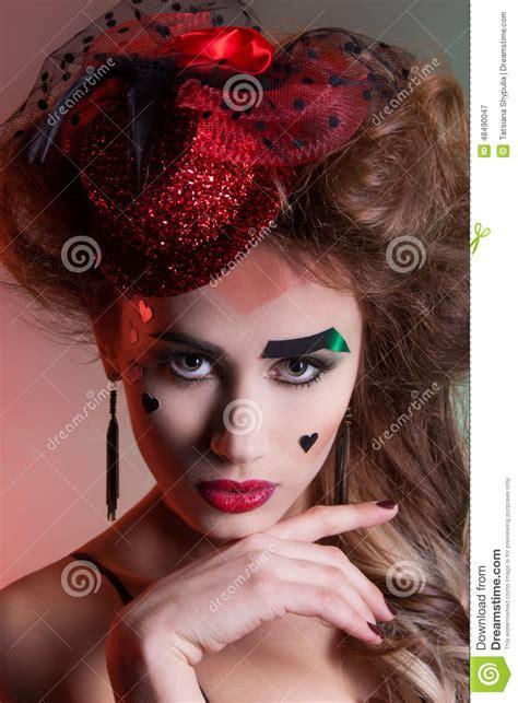 mujer hermosa con maquillaje hermoso y peinado en un