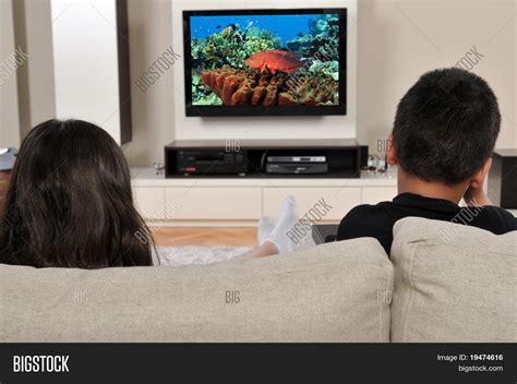 imagenes graciosas viendo television dos ni 241 os en el sof 225 viendo la televisi 243 n tener un buen