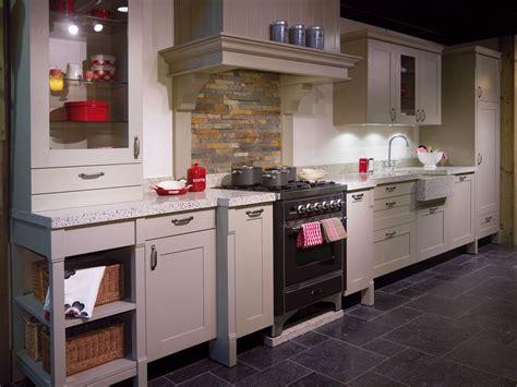 houten keuken met zwart blad landelijk grijze houten keuken met kaderdeur bijpassend