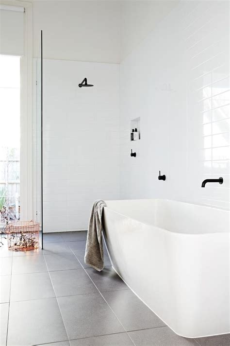 Simple White Bathrooms by 25 Best Ideas About Simple Bathroom On Bath