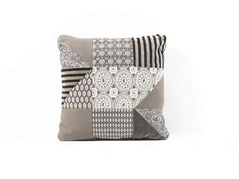 cuscini divani e divani cuscino quadrato in tessuto patchwork by frigerio poltrone