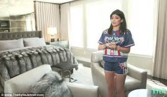 kylie jenners bedroom kylie jenner gives full house tour of 2 7m calabasas