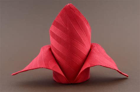 serviettenfalttechniken mit papierservietten servietten falten anleitung schleppe rot