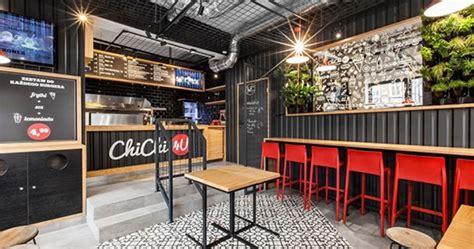 lingkar warna desain interior unik kafe kontainer